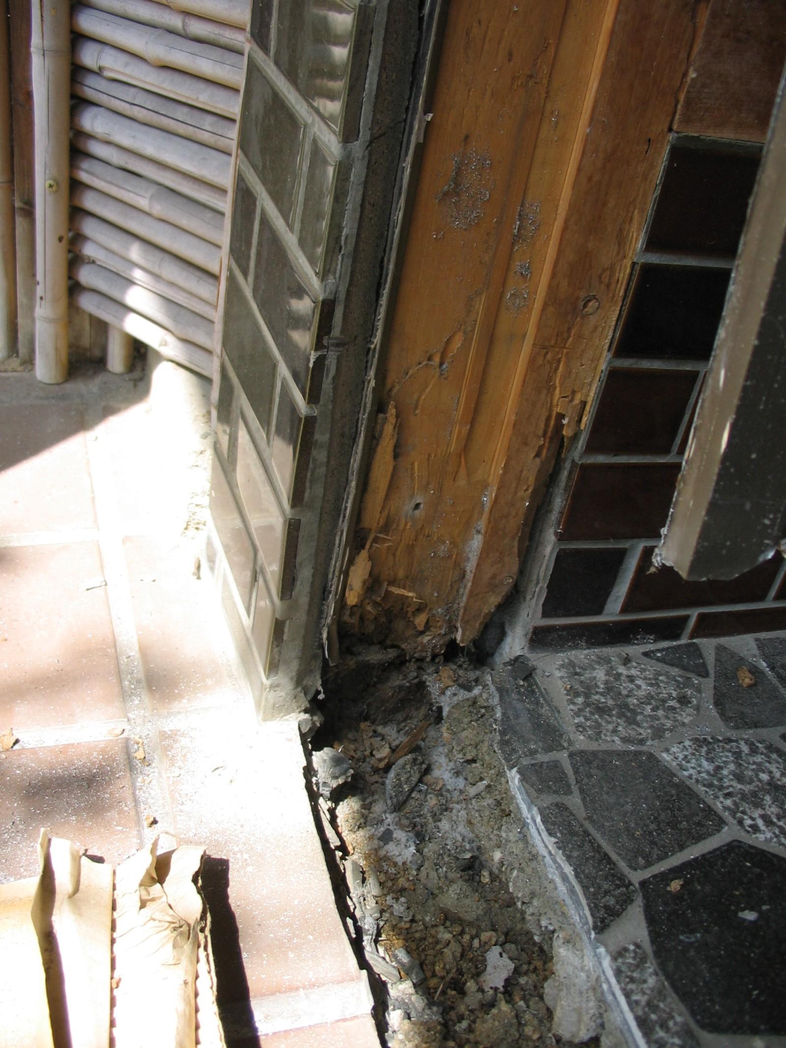 玄関戸の取替えをしました。