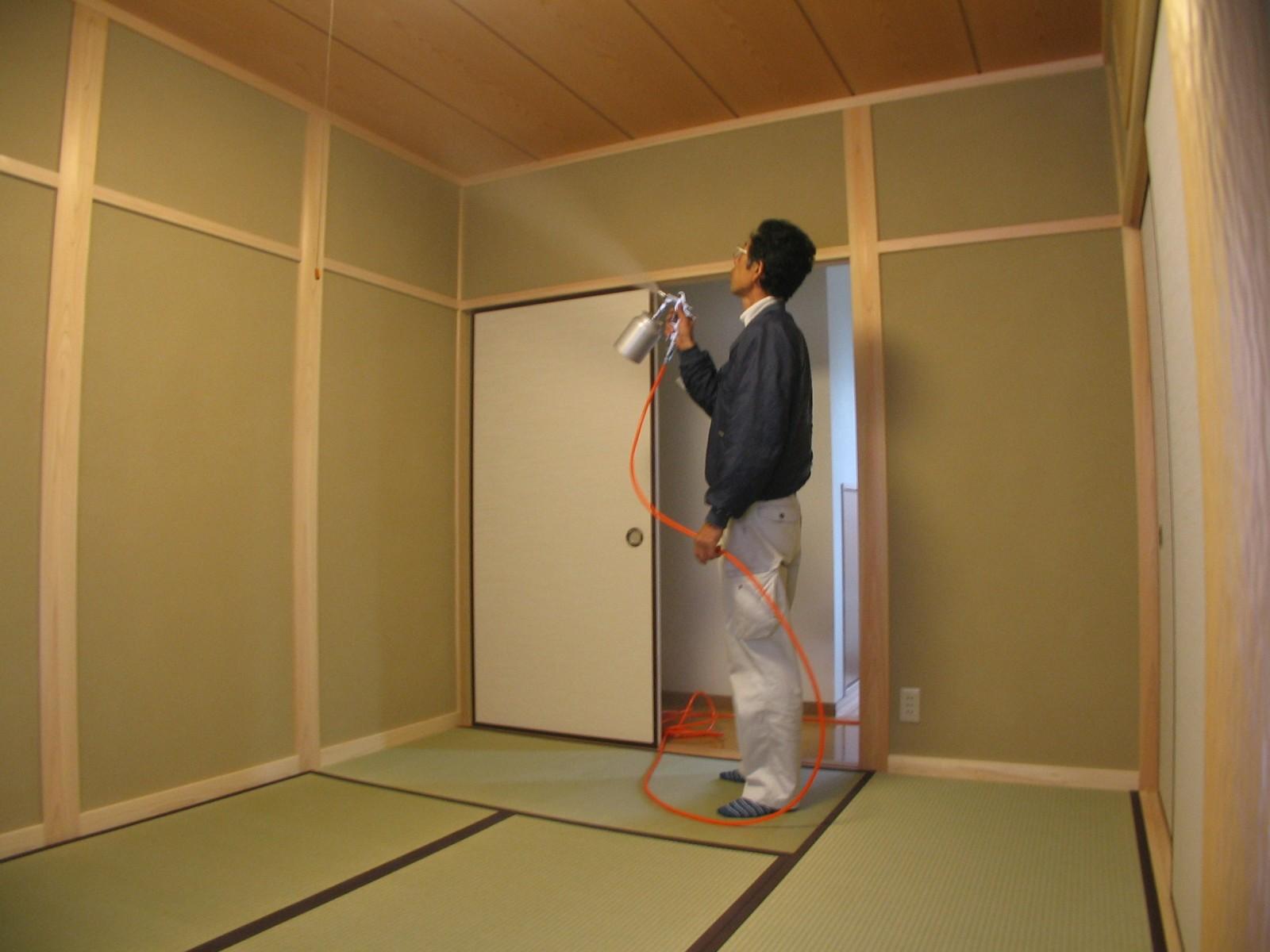 SODリキッドは人体に無害な上、色付きもありませんので家具やカーテン、畳等に直接吹き付けることができます。室内の家具移動等一切必要ありませんので、施工はとっても手軽で簡単です。