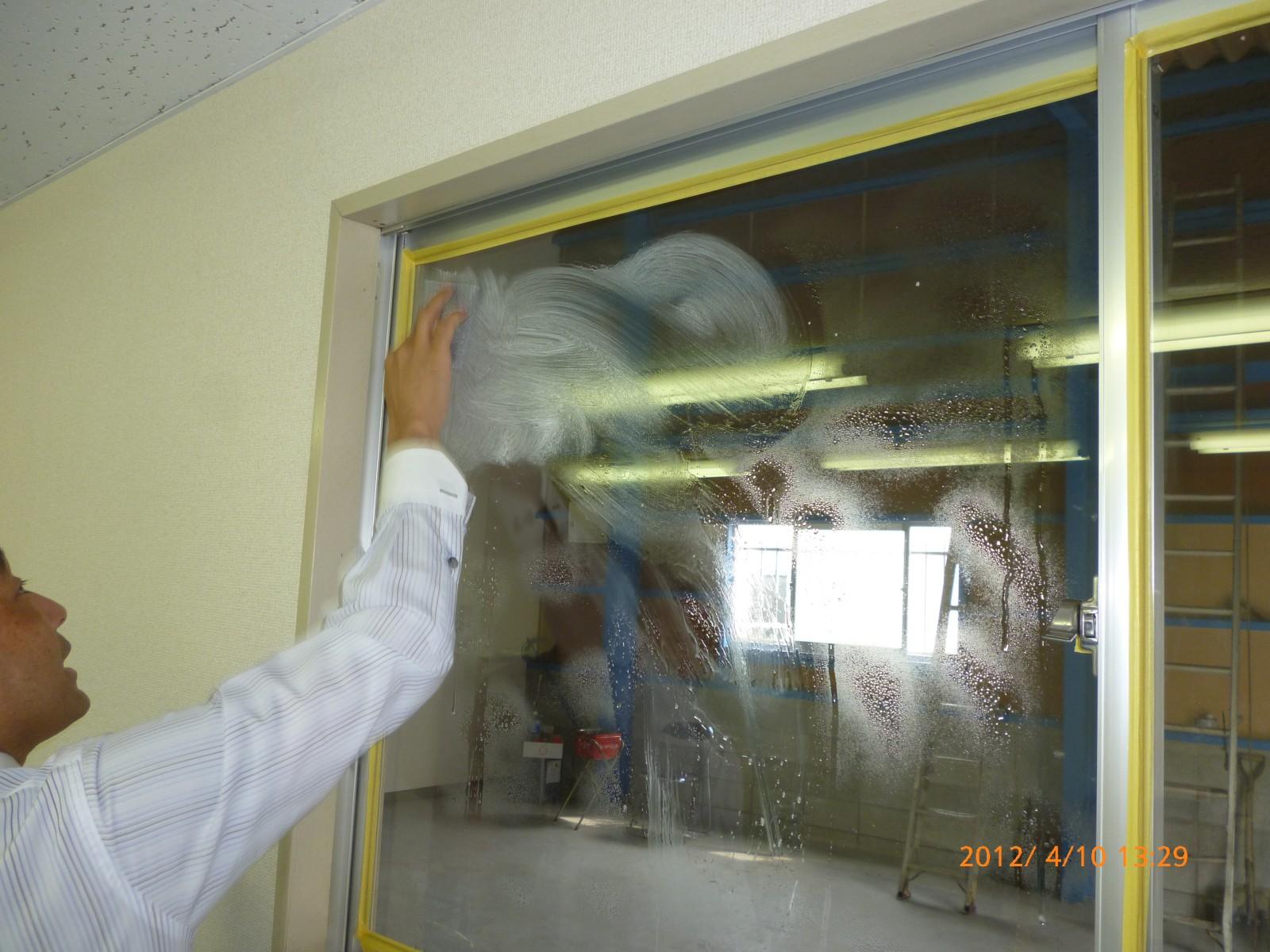 ガラスの表面のゴミやカビそして油分を綺麗に清掃します。